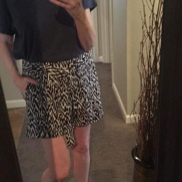 Banana Republic Pants - Banana Republic B&W Shorts w/ Belt